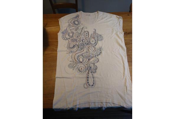 t-shirt Komodo ecru met blauwrode tekening - tshirt1