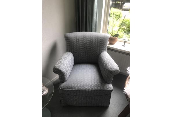 leuk stoeltje van blauwe stof met een print.  - image