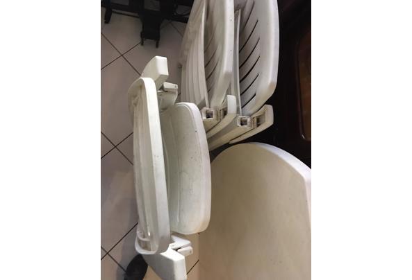 Wit plastic stoelen en tafel - image