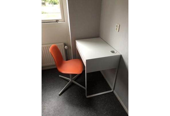 Mooi kinderbureau met stoel - F820A59B-388F-4AFA-864D-E708B84B1805
