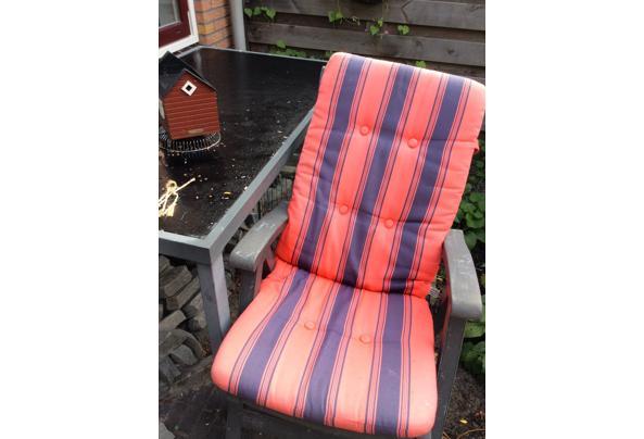 Tafel en vier stoelen - image