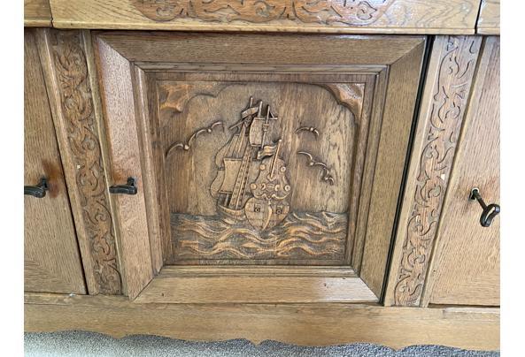Antieken dressoir met houtsnijwerk - D659F61C-B0DE-4460-81E2-46C141B03C15
