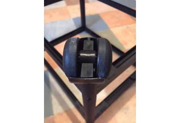 tv-meubel/bijzettafel op wielen, zwart metalen frame met licht getint glazen platen - IMG_1630.JPG