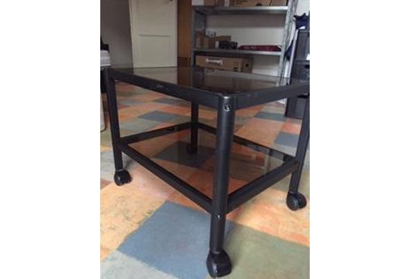 tv-meubel/bijzettafel op wielen, zwart metalen frame met licht getint glazen platen - IMG_1633.JPG