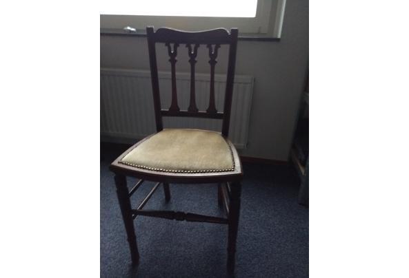Leuk houten stoeltje - 16110482345726726039505003864126
