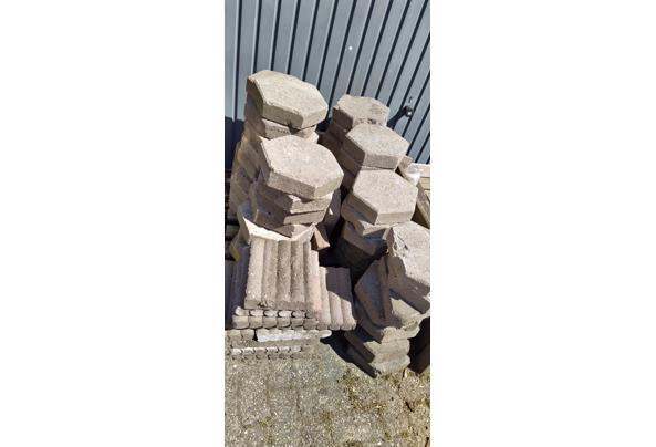 Tientallen 6 kantige tegels, dikte 7 cm - image-09-05-2020_14-53-43-08
