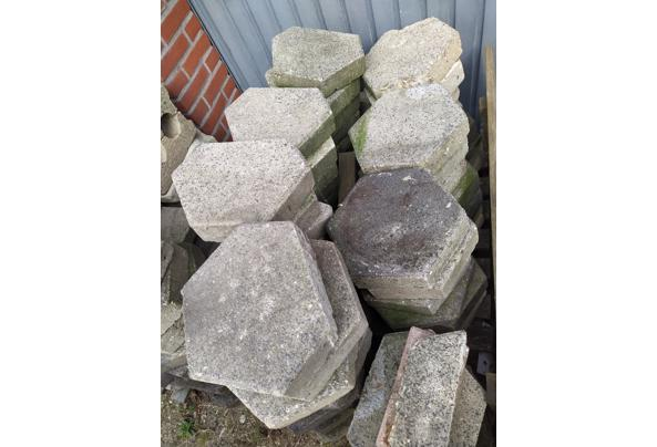 Tientallen 6 kantige tegels, dikte 7 cm - image-28-08-2021_16-59-07-14
