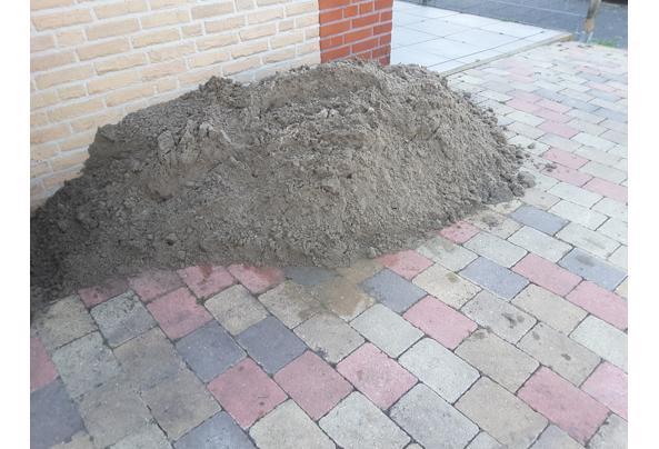 Berg wit zand voor bestrating met tegels of stenen. - 20210423_144412