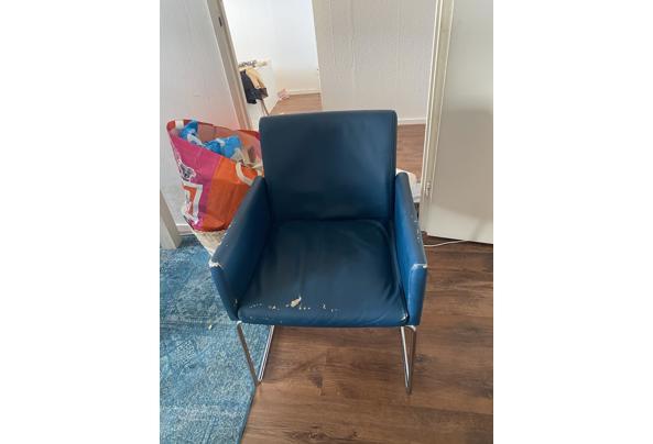Vier blauwe stoelen - E68DD15F-AA6D-44C1-9EBB-5BD5591175A8