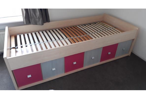 Eenpersoonsbed met kastjes en lades onderin. Inclusief lattenbodem - 20200913_153303