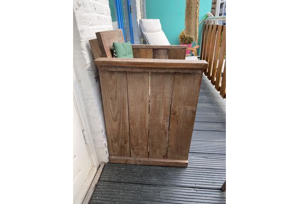 Twee houten stoelen  - 64981241-8565-4083-983C-F38A0D07E256