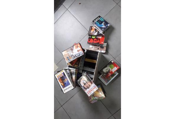 Een doos met VHS speelfilms  - 20201014_094731