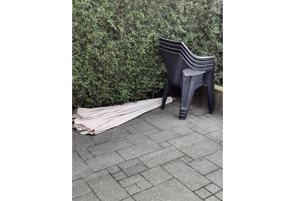 4 antraciet stapelstoelen en parasol incl parasolpoot - 20210320_144156
