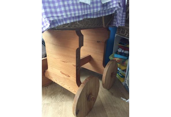 Rieten wieg met houten onderstel op wielen - D7ED1451-BC9A-4368-8540-C6FDACDA941C