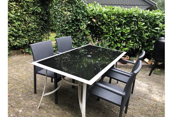 Lichte tuintafel met zwart glazen blad - 1752945B-B2DC-4657-B290-48D3E60FF054