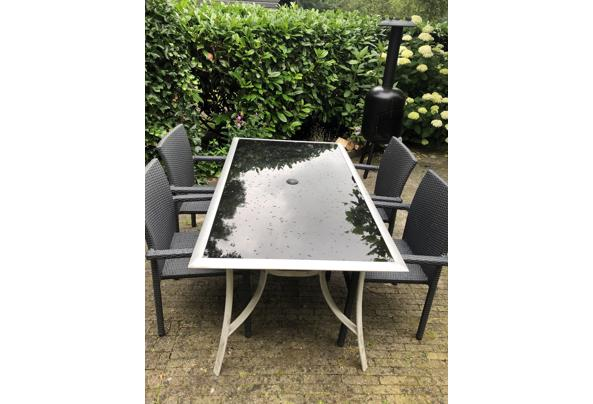 Lichte tuintafel met zwart glazen blad - 558E1D64-D1BC-4567-8D9E-5FF68BEB6F3B