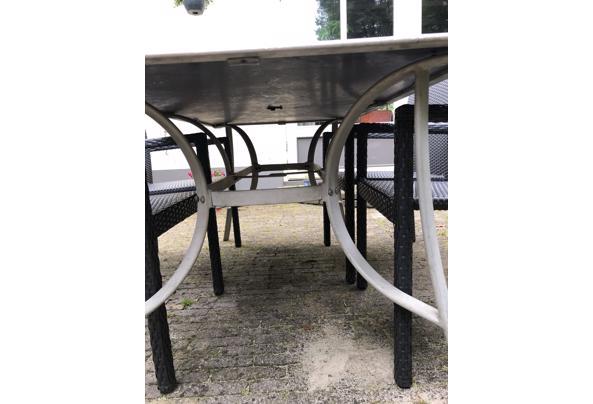 Lichte tuintafel met zwart glazen blad - F0E85289-D648-4059-80A9-EA6699EA58A2