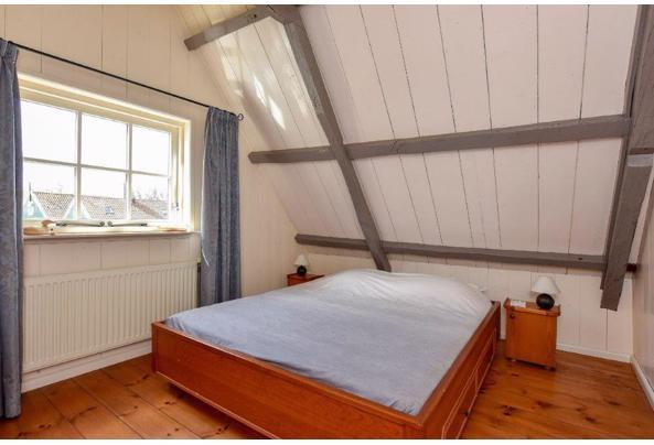 Degelijk tweepersoons bed in teak uitgevoerd met bijpassende nachtkastjes - logeerbed