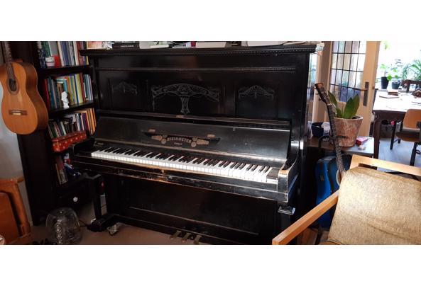 Sierlijke zwarte piano - Steinmeyer-piano
