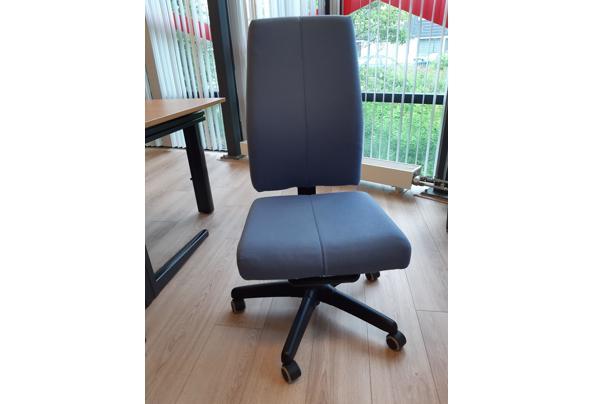 Lichtblauwe bureaustoel zonder armleuningen  - 16249619438447578972034196092318