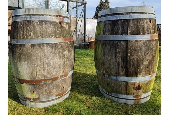 Twee houten decoratieve verweerde regentonnen - Regentonnen