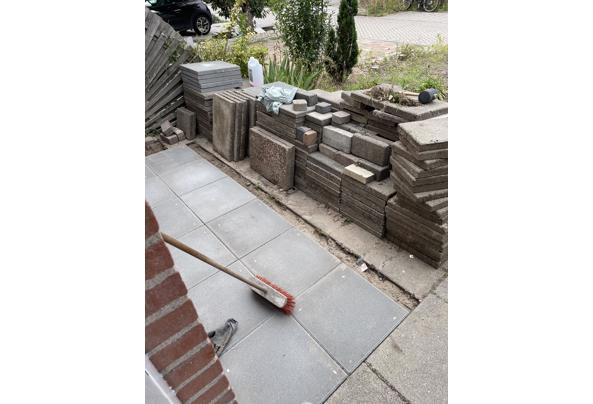 Stenen ophalen in Schiedam. Worden vervangen.   - image