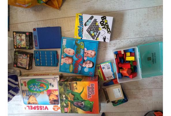 Twee tassen met spelletjes, puzzels en wat speelgoed. Alles in één keer - 16197719168294816024286264237227