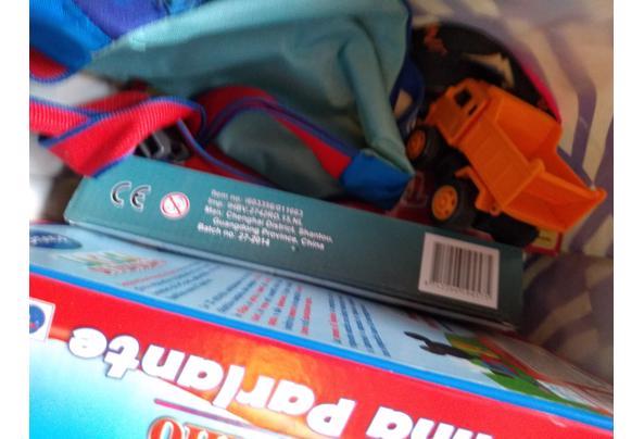 Twee tassen met spelletjes, puzzels en wat speelgoed. Alles in één keer - 16197720521283196211435137970441