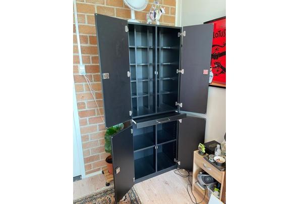 Mooie zwarte afsluitbare kast met veel vakjes en uitschuifblad en  - image1