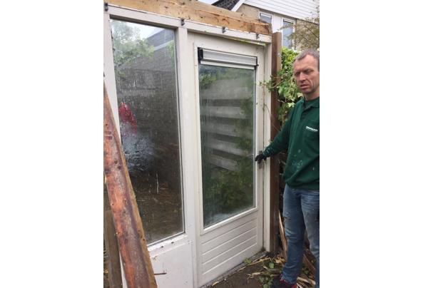 Deur met raam ernaast - 90609E22-506E-459D-90DF-1B3476104CCE