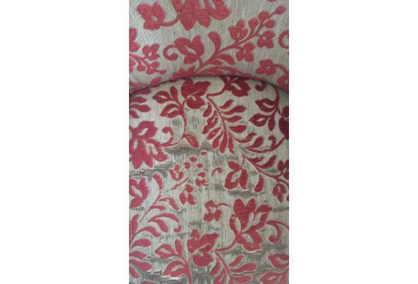 Gebruikte stoel van stof met rood en grijs bloemenpatroon - WhatsApp-Image-2021-08-30-at-16-01-34-(1)