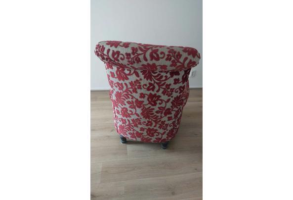 Gebruikte stoel van stof met rood en grijs bloemenpatroon - WhatsApp-Image-2021-08-30-at-16-01-34