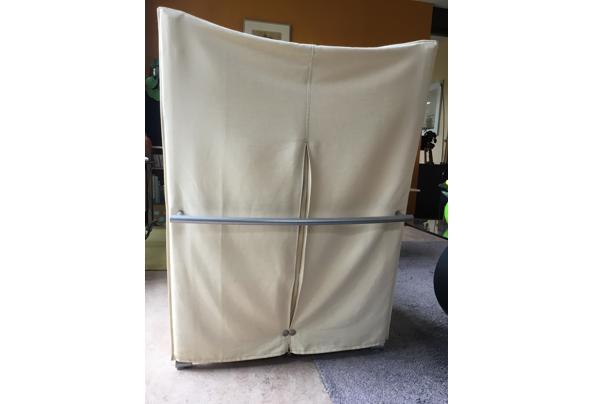 Fauteuil van stof met houten leuningen - 2158A65B-2CDD-4477-B2CD-1A3D7AF7452D