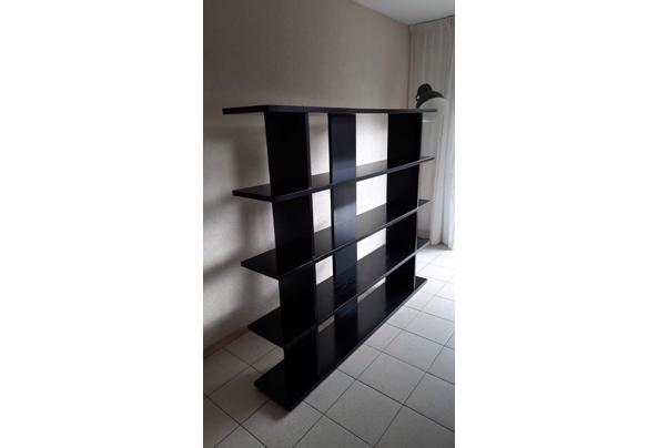 Zwarte boekenkast - 5C4B0B69-B54F-4AE3-9AAF-00C664C9C1CB