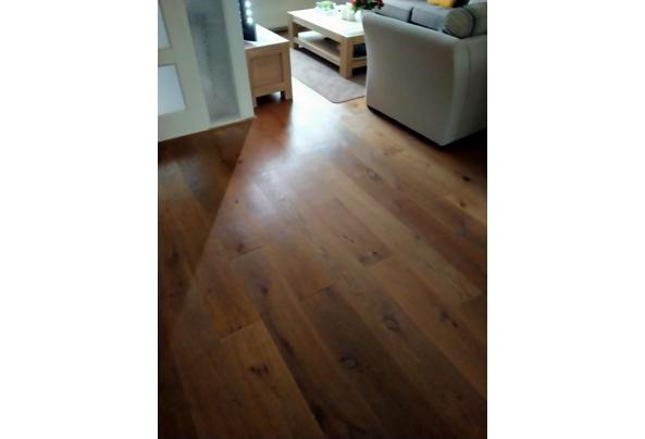 Eiken laminaat met groene tegels onder tapijt. - IMG20210310162912
