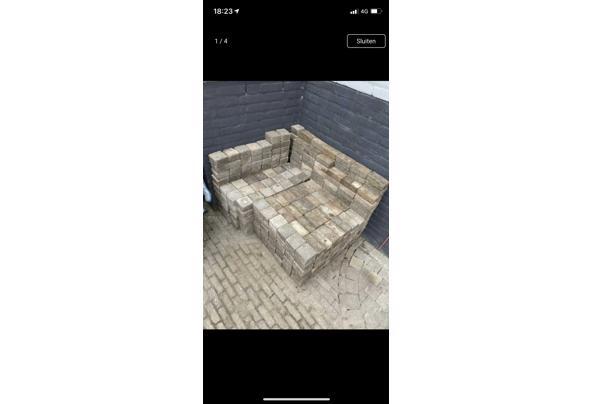 Ongeveer 8 m2 steentjes (getrommelde vierkantjes 10/10/6 en waaltjes 15/7/5) - 61060764-D32B-4B5A-BD1C-216A0382E905