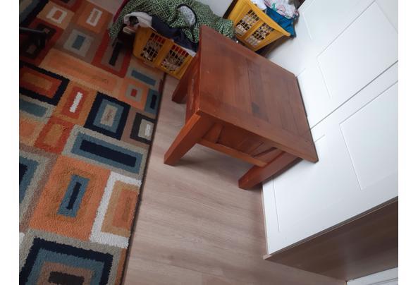 Klein massief houten tafel, 60 bij 60 cm. Hoogte is 45 cm - 1627308414547180458028017986301