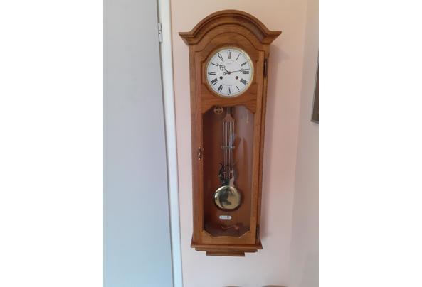 Klassieke hangklok met gewichten in houten/glazen kast - 2021-03-13-11-20-51