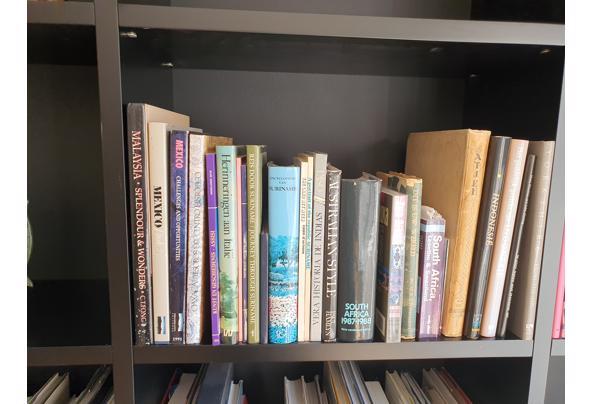 Boeken divers waaronder woordenboeken, koffietafelboeken en pockets - 20210627_171605