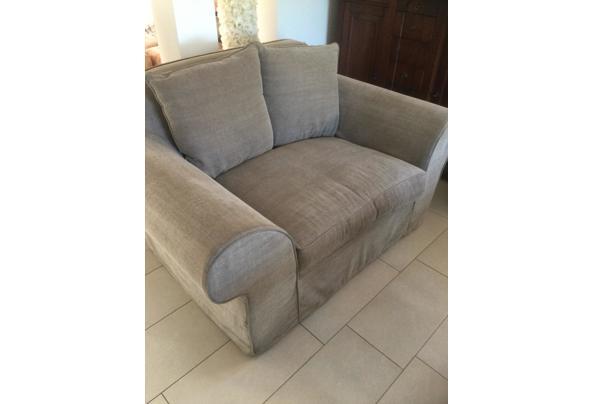 Comfortabele stoffen tweepersoons bank - 1B046120-6823-46EC-A734-5CFF6348ACC8