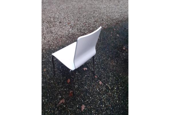12 witgelakte eikenhouten stoelen met frame onderstel - 20201201_161445