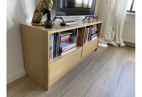 Tv meubel met 2 lades en glazen platen op de planken - BAE04B38-B7DF-443E-99A7-20B50361AD40