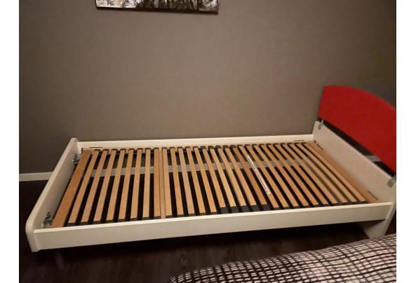 Wit bed met rode hoofdwand  - 6A69444A-6E2C-450A-8C99-3407FDFE9571.jpeg
