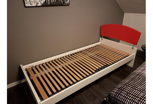 Wit bed met rode hoofdwand  - E2D6319D-DFAD-429C-A4F6-1E591443CC6C.jpeg