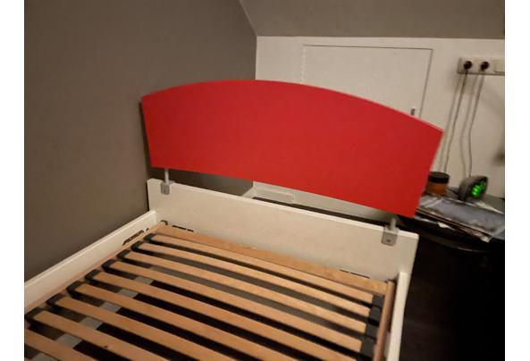 Wit bed met rode hoofdwand  - F9459D10-AFFD-45C3-8CAA-80D44D38C713.jpeg