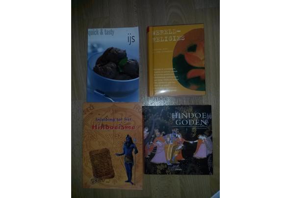 Boeken over religies en een receptenboek voor ijs - 20210510_172555