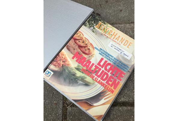 Allerhande magazines en lege mappen - 405B27E3-98AC-4F44-B115-9AC315ACC609