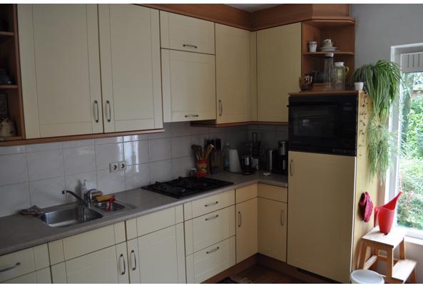 Keuken met koelkast, oven, keukenboiler en kleine vaatwasser - DSC_8363