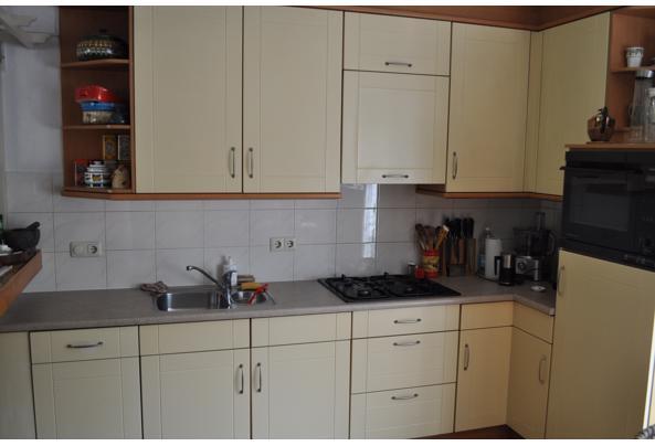 Keuken met koelkast, oven, keukenboiler en kleine vaatwasser - DSC_8364