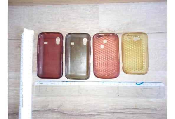 Diverse telefoonhoesjes.  Breedte: allen 6 cm Lengte: gele 10,5 cm, roze 11 cm, grijze en rode 11,5 cm. - Telefoonhoesjes